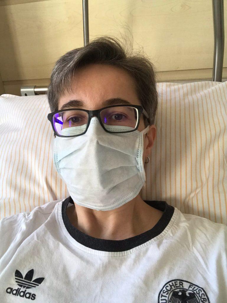 Positiv auf Covid-19 getestete Frau mit Schutzmaske in Isolation im Krankenhaus