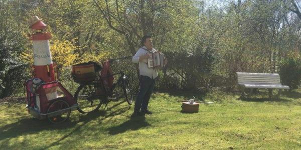 Busfahrer des FC St.Pauli singt für alte Menschen in der Corona-Krise